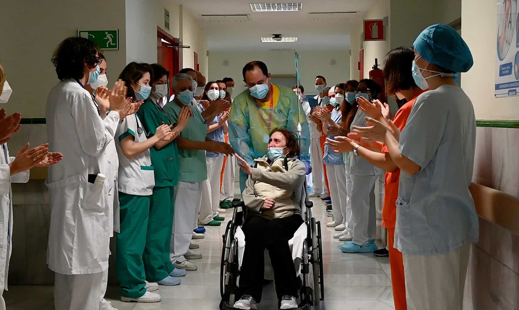 Elsa being applauded in her release from the hospital. Notes: Picture provided by the hospital (H. Gregorio Maranon/Newsflash)